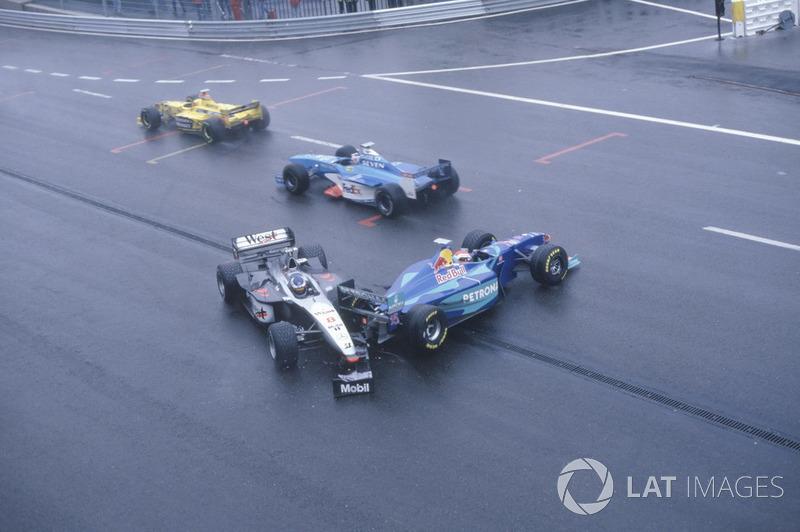 Mika Hakkinen, McLaren MP4/13, ditabrak Johnny Herbert, Sauber C17 di pintu keluar La Source