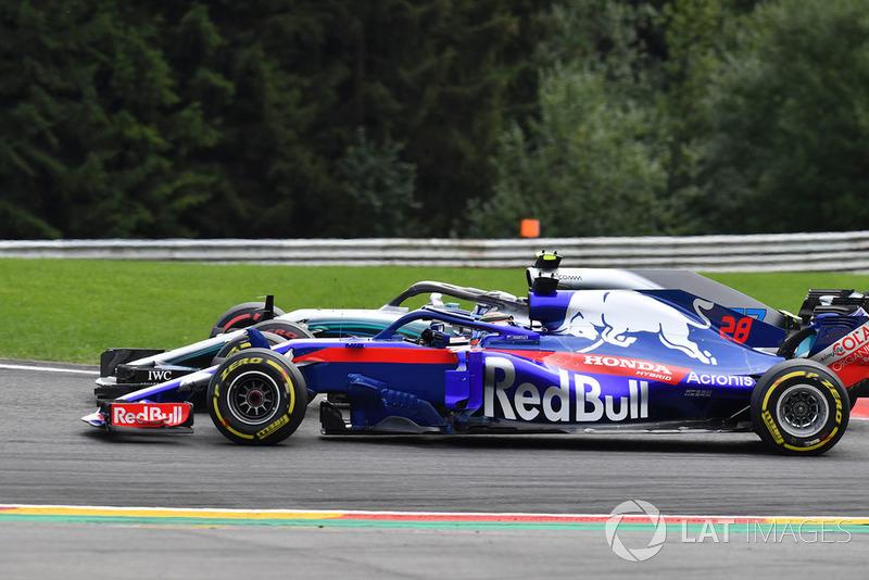 Brendon Hartley, Scuderia Toro Rosso STR13 y Valtteri Bottas, Mercedes AMG F1 W09