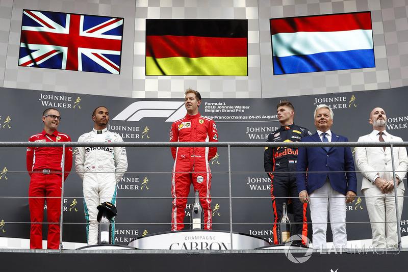 Sebastian Vettel, Ferrari, con Lewis Hamilton, Mercedes AMG F1, y Max Verstappen, Red Bull Racing
