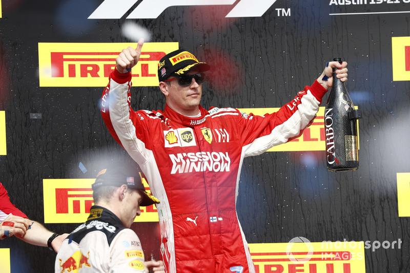 Kimi Raikkonen, Ferrari, merayakan kemenangan di podium