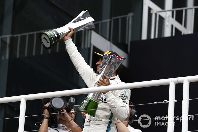 Lewis Hamilton, Mercedes AMG F1, festeggia sul podio con i trofei