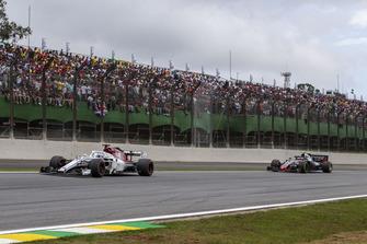 Marcus Ericsson, Sauber C37 y Kevin Magnussen, Haas F1 Team VF-18