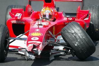 Michael Schumacher, Ferrari F2004 después de golpear la pared en el túnel debajo del coche de seguridad