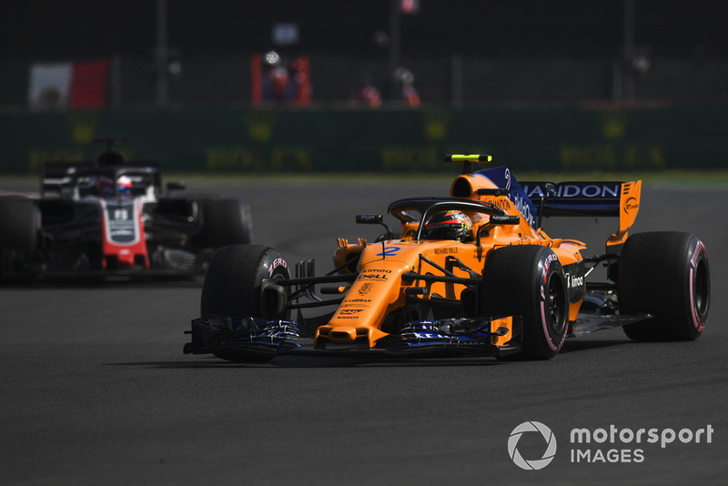 Stoffel Vandoorne, McLaren MCL33 et Romain Grosjean, Haas F1 Team VF-18