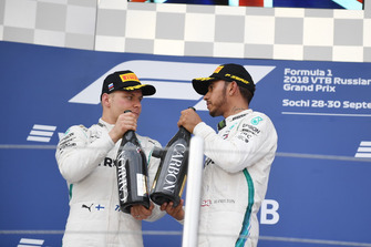 Valtteri Bottas, Mercedes AMG F1 et Lewis Hamilton, Mercedes AMG F1 avec du champagne sur le podium