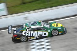 Carro de Marcos Gomes e Antonio Pizzonia cruza a linha de chegada