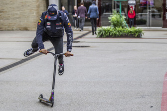 Daniel Ricciardo, Red Bull Racing en un scooter