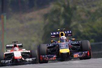Daniel Ricciardo, Red Bull Racing RB10 Renault, precede Jules Bianchi, Marussia MR03 Ferrari