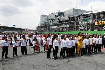 أثناء تأدية النشيد الوطني للبرازيل