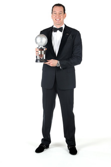 Kyle Busch, Joe Gibbs Racing, con il trofeo del quarto classificato