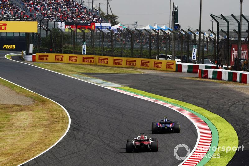 Brendon Hartley, Toro Rosso STR13, leads Charles Leclerc, Sauber C37