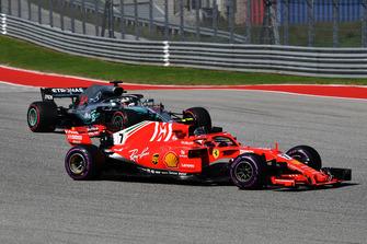 Lewis Hamilton, Mercedes-AMG F1 W09 and Kimi Raikkonen, Ferrari SF71H battle