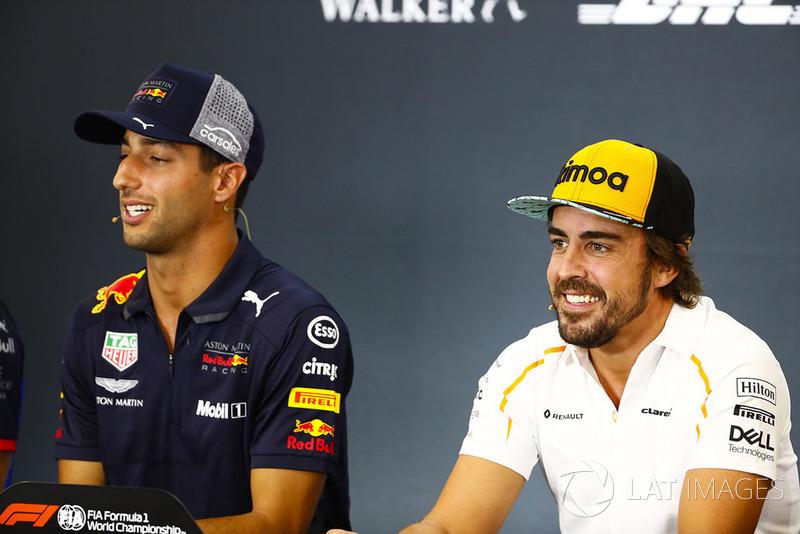 Daniel Ricciardo, Red Bull Racing, y Fernando Alonso, McLaren, en rueda de prensa
