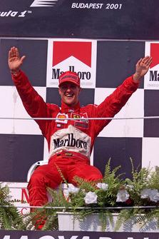 Podio: il vincitore della gara Michael Schumacher, Ferrari