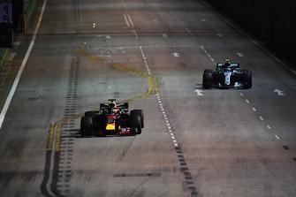 Daniel Ricciardo, Red Bull Racing RB14 and Valtteri Bottas, Mercedes AMG F1 W09 EQ Power+
