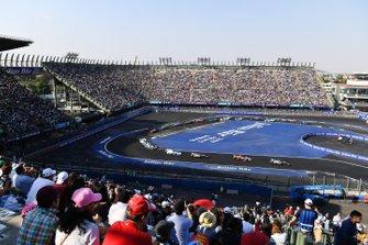 Oliver Rowland, Nissan e.Dams, Nissan IMO1, leads Lucas Di Grassi, Audi Sport ABT Schaeffler, Audi e-tron FE05
