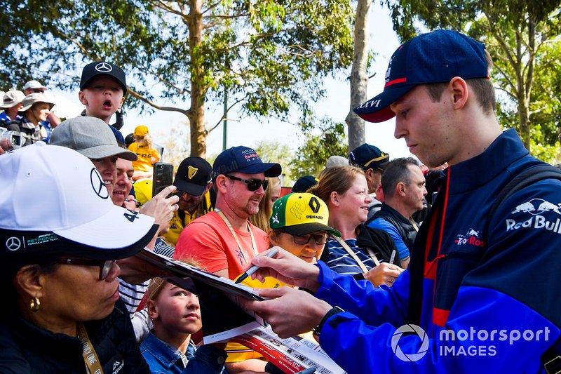 Daniil Kvyat, Toro Rosso signs a autograph for a fan