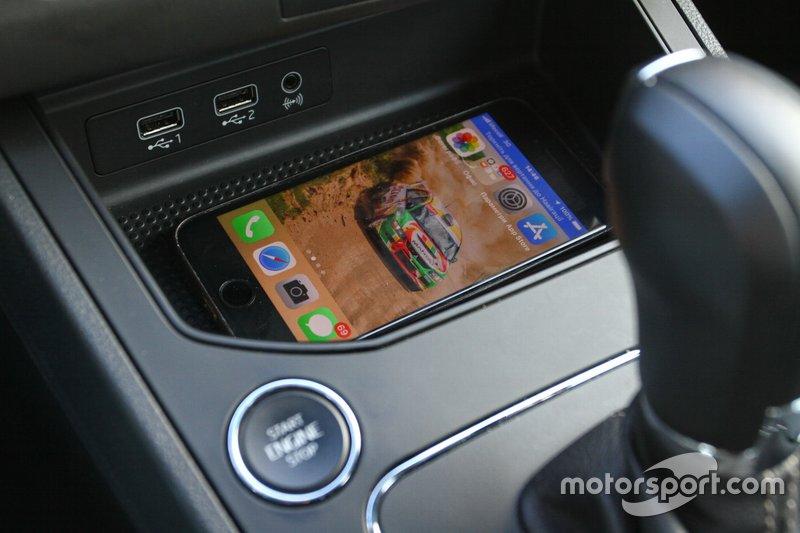 SEAT Ibiza практичний автомобіль, тут вдосталь місць для дрібних речей. На центральній консолі є досить велика ніша куди зручно покласти телефон, поруч і пара USB- роз'ємів.