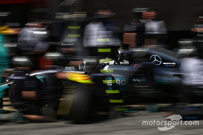 Valtteri Bottas, Mercedes AMG F1 W08 practices a pit stop