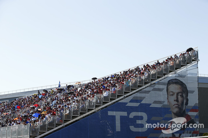 Huge crowds and a huge poster of Daniil Kvyat, Scuderia Toro Rosso