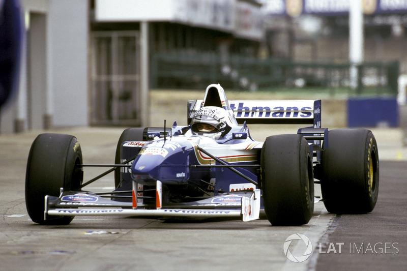 Riccardo Patrese conduce el el ganador del Campeonato Williams Renault FW18