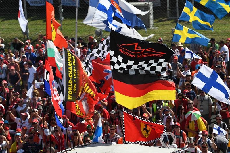 Los aficionados y banderas