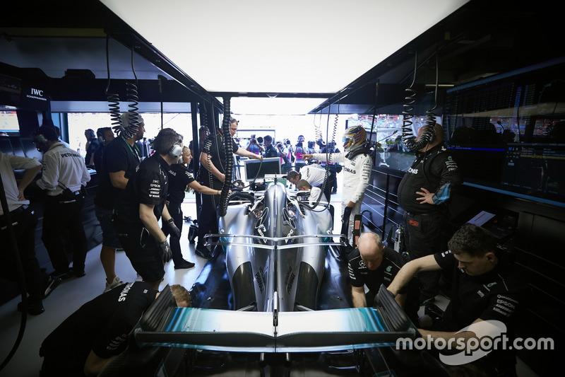 Льюіс Хемілтон, Mercedes AMG, у гаражі