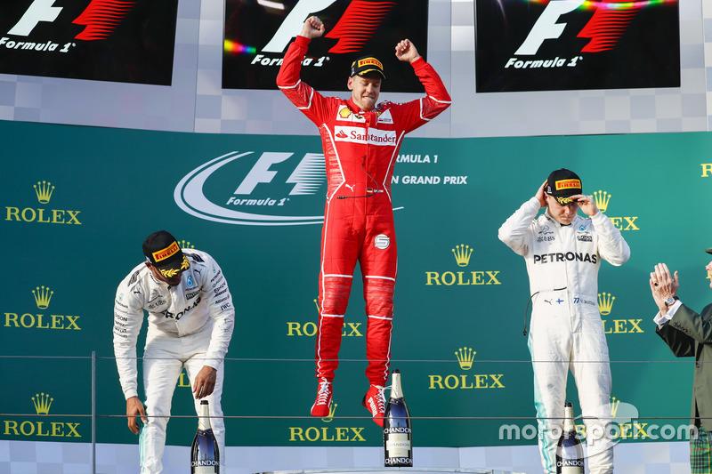 Себастьян Феттель, Ferrari, Льюіс Хемілтон, Mercedes AMG, Валттері Боттас, Mercedes AMG, святкую на подіумі