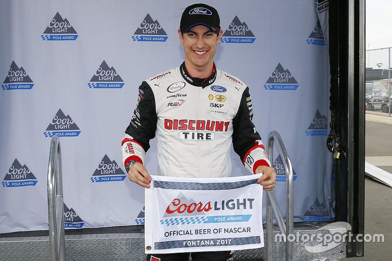 Joey Logano, Team Penske Ford con el premio de la Pole