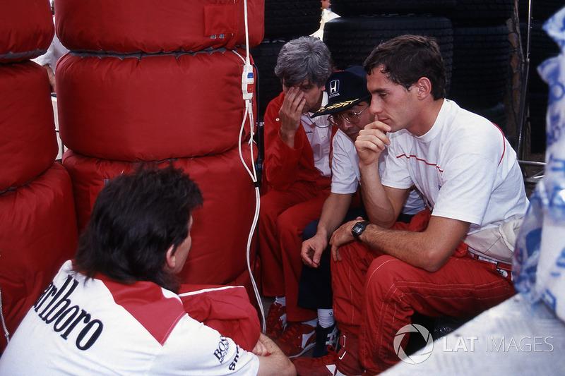 Разочарование Сенны было столь велико, что Айртон, не заходя в команду, прямо в комбинезоне отправился к себе домой – благо, жил он неподалеку. В расположении McLaren гонщик появился только поздно вечером.