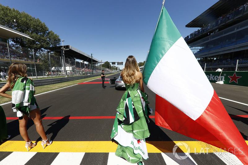 Chica de la parrilla, la bandera italiana