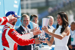 Nick Heidfeld, Mahindra Racing, recibe su trofeo en el podio