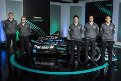 Руководитель Jaguar Racing Джеймс Баркли, председатель Panasonic Jaguar Racing Герд Мойзер, гонщики команды Митч Эванс, Нельсон Пике-мл. иТун Хопинь