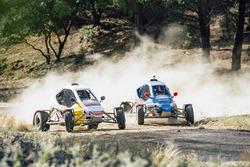 Carlos Sainz and Carlos Sainz Jr., fahren auf der Rallye-Strecke in Cebreros