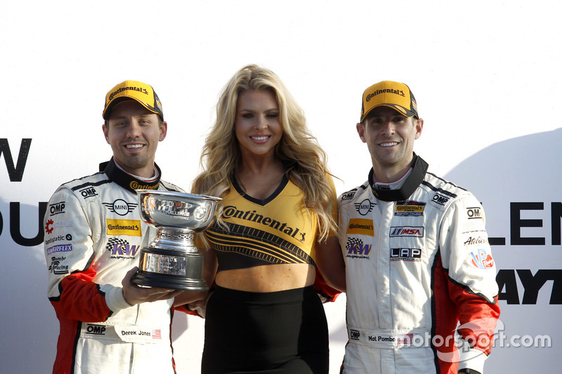 Podio ST: Race ganador #73 MINI JCW Team MINI Cooper John Cooper Works: Derek Jones, Mat Pombo