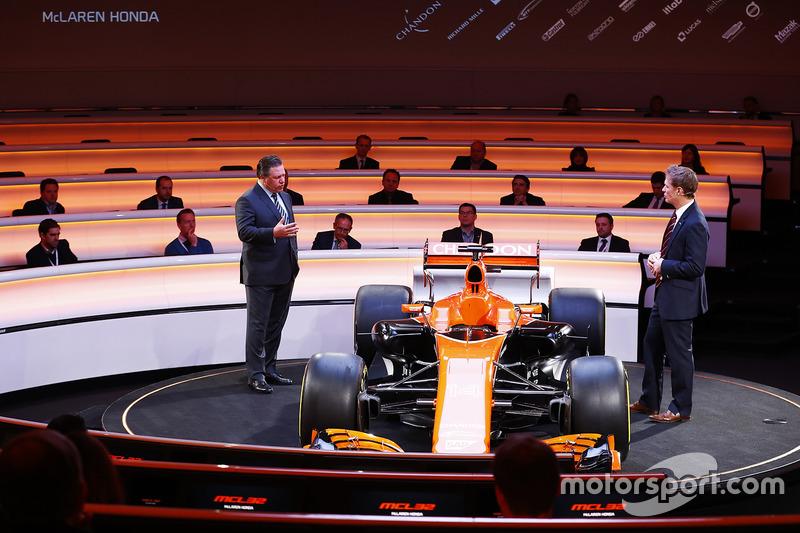 Zak Brown, directeur McLaren Technology Group, talks met Simon Lazenby bij de lancering van de McLaren MCL32