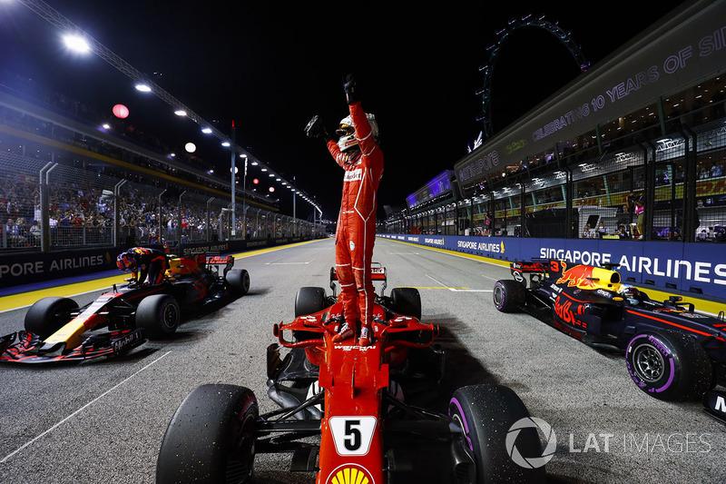 Себастьян Феттель радуется победе в квалификации в Сингапуре