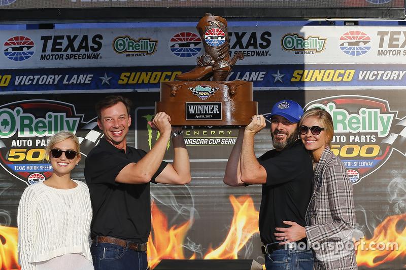 1. Jimmie Johnson, Hendrick Motorsports, Chevrolet, mit Ehefrau Chanda, Crewchief Chad Knaus und des