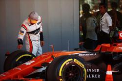 Fernando Alonso, McLaren, inspecte ses pneus dans le Parc Fermé