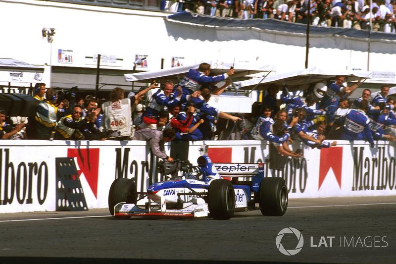 DДеймон Хілл (Arrows A18 Yamaha) здобуває неймовірне друге місце