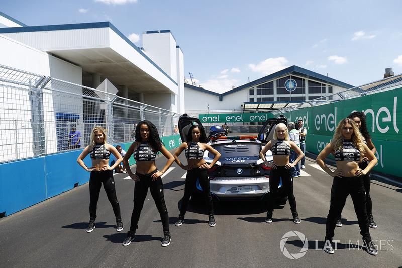 Chicas de la parrilla y el coche de seguridad