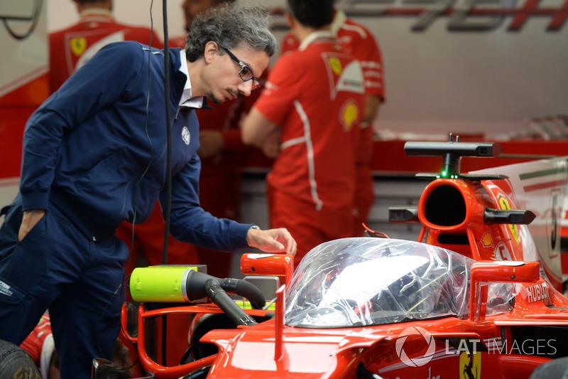 Лоран Мекіс, директор FIA з безпеки, і Ferrari SF70-H і