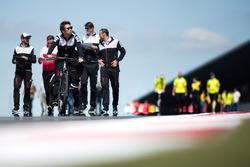 Камуі Кобаясі, Toyota Gazoo Racing, йде треком