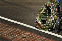 Takuma Sato, Andretti Autosport Honda, finish line with the Borg-Warner Trophy and wreath