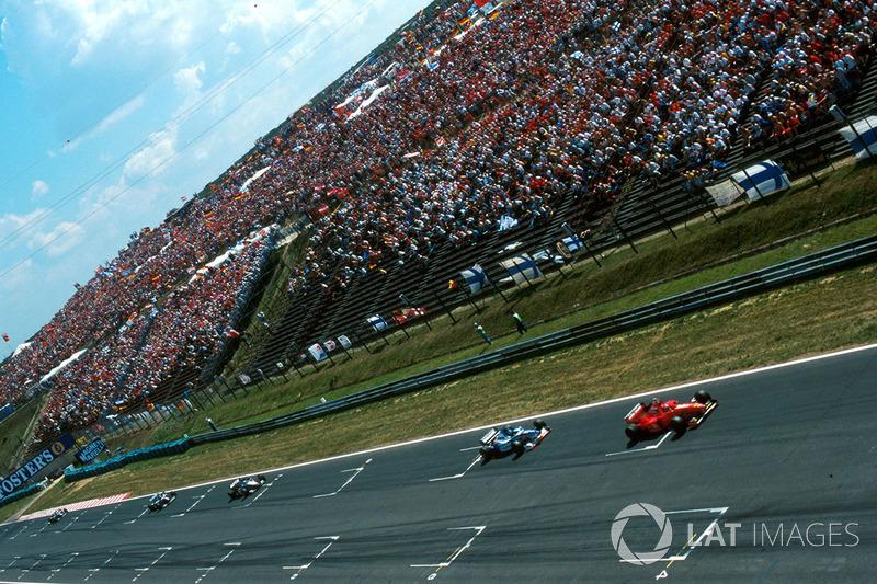 Começava, então, uma perseguição implacável ao pole, Schumacher.