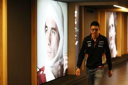 Esteban Ocon, Force India, passa accanto a un ritratto di Ayrton Senna