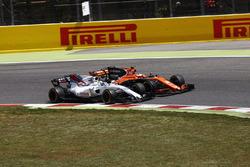 Stoffel Vandoorne, McLaren MCL32, percute Felipe Massa, Williams FW40