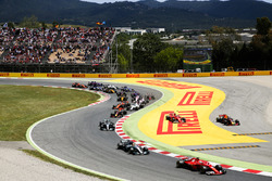 Sebastian Vettel, Ferrari SF70H, the field on the opening lap as Kimi Raikkonen, Ferrari SF70H, Max Verstappen, Red Bull Racing RB13, run in to trouble