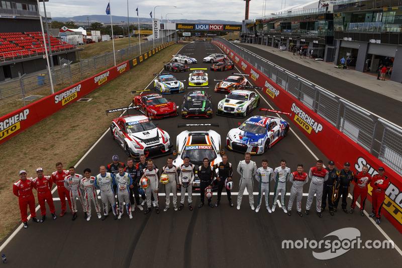 Sesión de grupo con todos los coches y pilotos