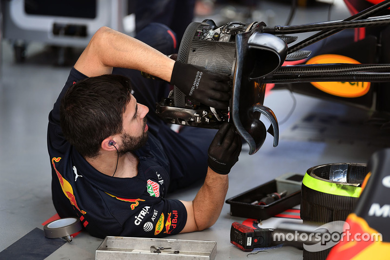 Red Bull Racing mechanic works on Red Bull Racing RB13 front wheel hub